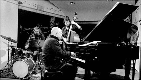 Riccardo Ruggieri al pianoforte con Alessandro Maiorino al contrabbasso e basso elettronico e Maurizio Cuccuini alla batteria